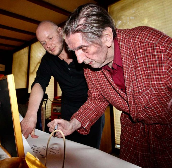 Legendary actor Harry Dean Stanton signs the abstract portrait created by British artist Lincoln Townley